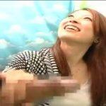 えっちな素人娘が男性のペニスを一掴み【マジックミラー号-MM号無料動画】