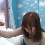 びっくりした表情ながらも泣く泣く筆下ろしをする美少女ww【マジックミラー号-MM号無料動画】